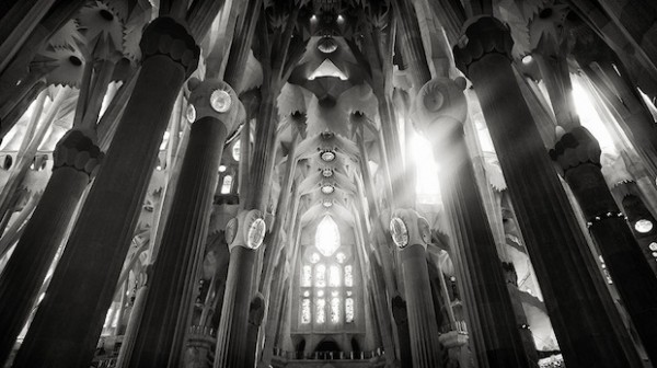 Sagrada-Familia-Black-and-White-11-600x336